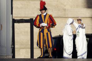 Svatořečení matky Terezy slaví křesťané i muslimové. Do Vatikánu dorazilo 150 tisíc poutníků