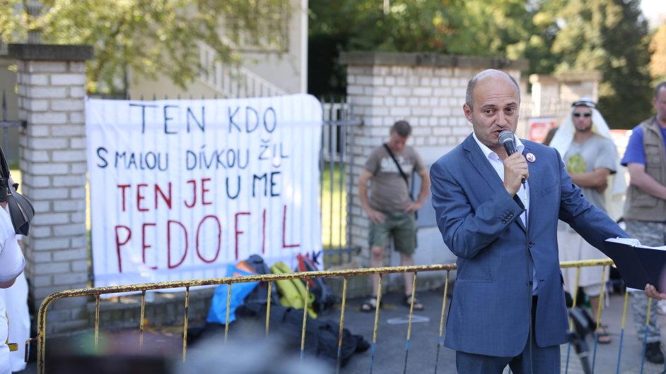 Odpůrce islámu Martin Konvička hovoří na akci nazvané S humorem do Mekky - proti terorismu a za demokracii