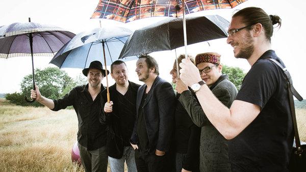 Na snímku jsou členové Vertiga: zleva saxofonista Marcel Bárta, bubeník Dano Šoltis, basista Rastislav Uhrík, violoncellistka Dorota Barová, klavírista Vojtěch Procházka a trumpetista Oskar Török.