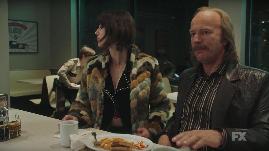 Na snímku z třetí řady seriálu Fargo je herec Ewan McGregor.