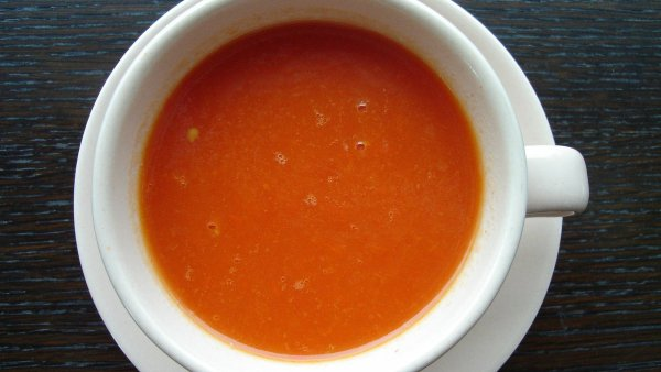 Kuchařky bez domova připravují v nové jídelně také veganskou rajskou polévku. - Ilustrační foto