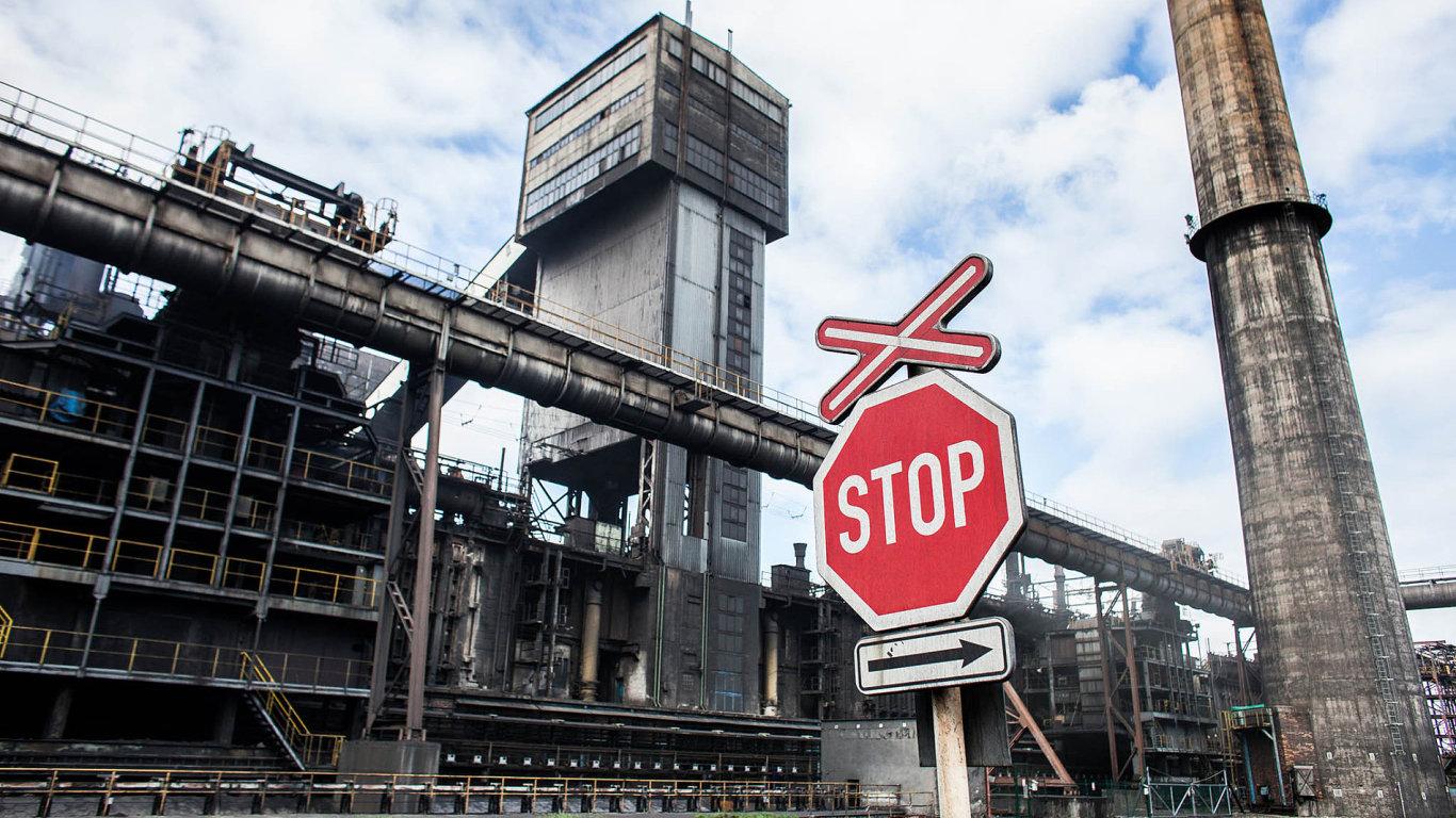 Vedení ArcelorMittalu by prý rádo automatizovalo inákladní vlaky, které vareálu rozváží tekuté železo. To ale neumožňuje současná legislativa, kterou se podnik musí řídit...