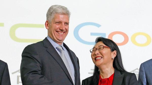 Rick Osterloh z Googlu s Cher Wangovou během konference Googlu a HTC.