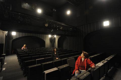Snímek z prohlídky Divadla Na Zábradlí po rekonstrukci.