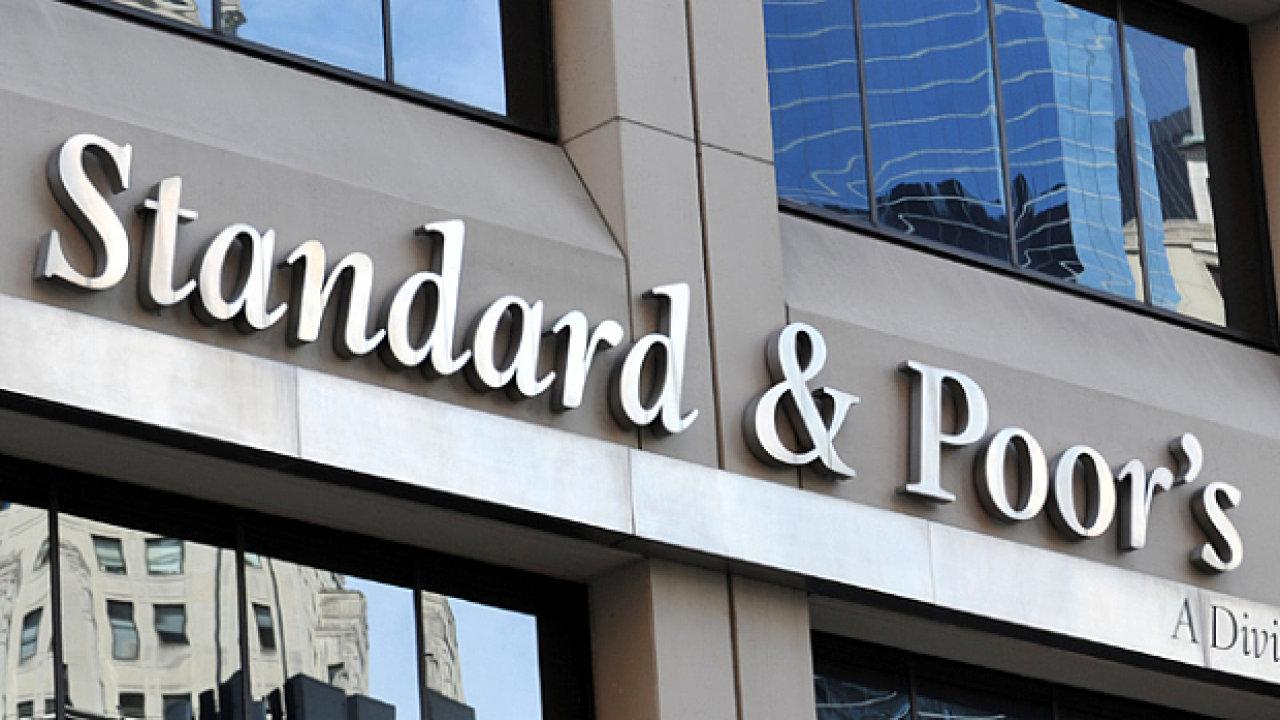 Logo americké ratingové agentury S&P na budově jejího sídla.