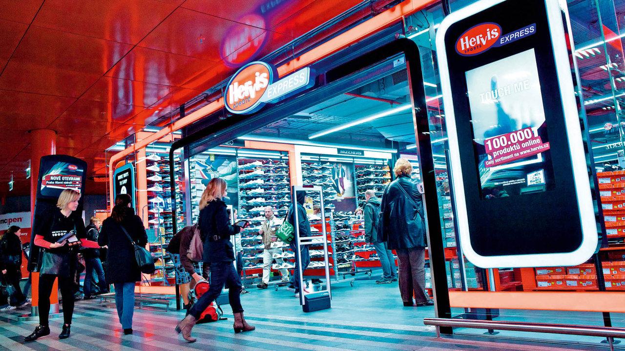 Řetězec se sportovním zbožím Hervis loni v ČR přestavěl logistiku svého e-shopu. Místo doručení z centrálního skladu v Rakousku začal pro on-line objednávky využívat prodejní plochu jedné z prodejen.