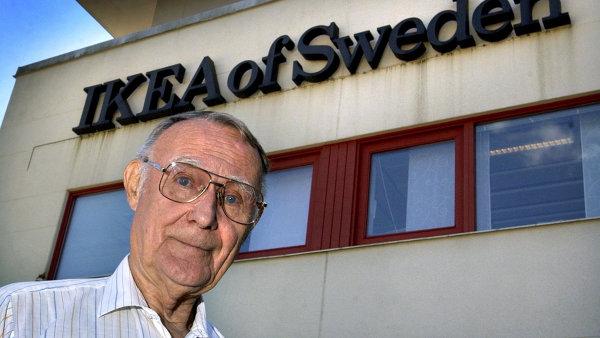 Ingvar Kamprad byl duchovním otcem levného a přitom funkčního nábytku. Na snímku před hlavním sídlem firmy ve švédském Almhultu.