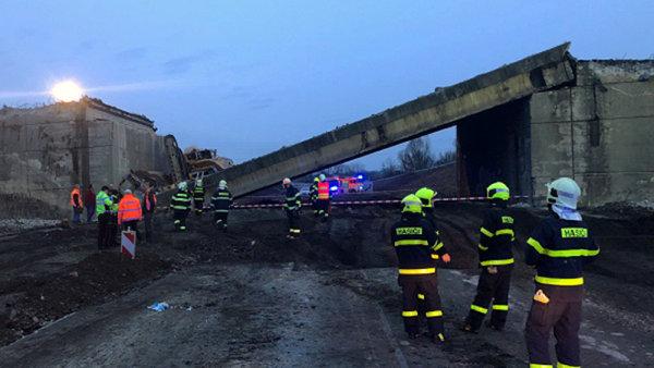 Při rekonstrukci dálnice D48 u Příbora na Novojičínsku se 10 března krátce po 05:30 částečně zřítil opravovaný silniční most.