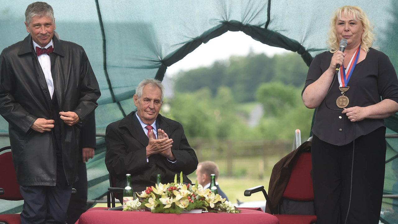 Prezident Miloš Zeman na setkání sobčany Jekartovic. Na snímku je shejtmanem Moravskoslezského kraje Ivo Vondrákem astarostkou obce Helenou Rašovou.