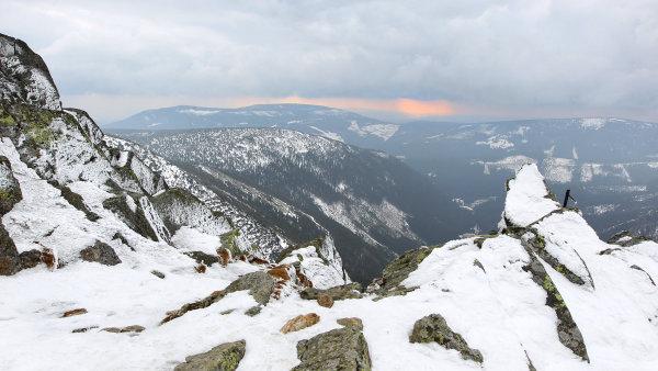 V Krkonoších se traduje, že dokud sníh na Mapě republiky neroztaje, nepřijde do hor letní počasí - Ilustrační foto.
