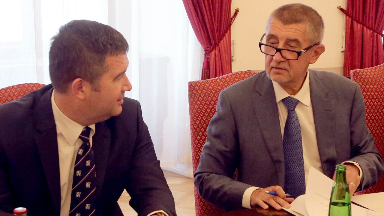 Jdeme dotoho spolu. Lídr ČSSD Jan Hamáček podepisuje koaliční smlouvu spremiérem Andrejem Babišem (ANO).
