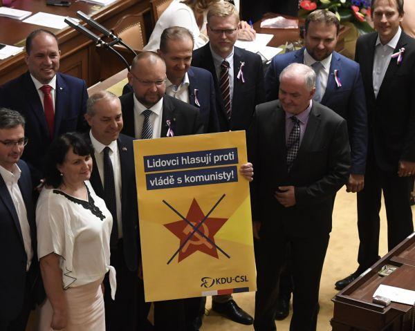 Poslanci se scházeli 11. července 2018 v Praze na schůzi svolané k vyslovení důvěry menšinové vládě hnutí ANO a ČSSD. Na snímku jsou poslanci KDU-ČSL před zahájením schůze.