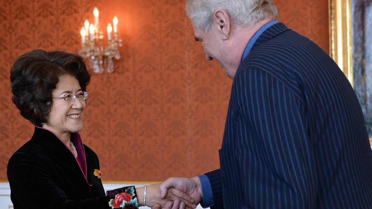 Velvyslankyně sprezidentem: vylepšování vztahů sČínou má podporu inaPražském hradě. Přesný program cesty doČíny velvyslankyně našim zákonodárcům teprve určí.