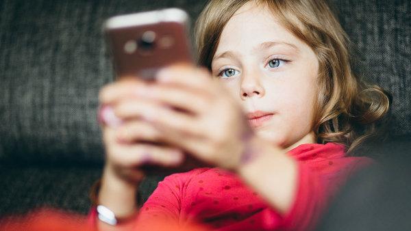 Narodit se s mobilem v ruce: Mohou dětem způsobit deprese i obezitu, tvrdí studie. Část psychologů ale varuje před vyčleněním z kolektivu