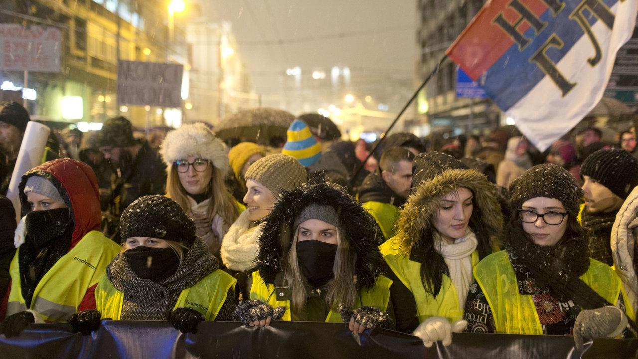Tisíce lidí demonstrovaly v sobotu 15. prosince v hlavním městě Srbska proti tamnímu prezidentovi Aleksandaru Vučičovi a jeho vládě.