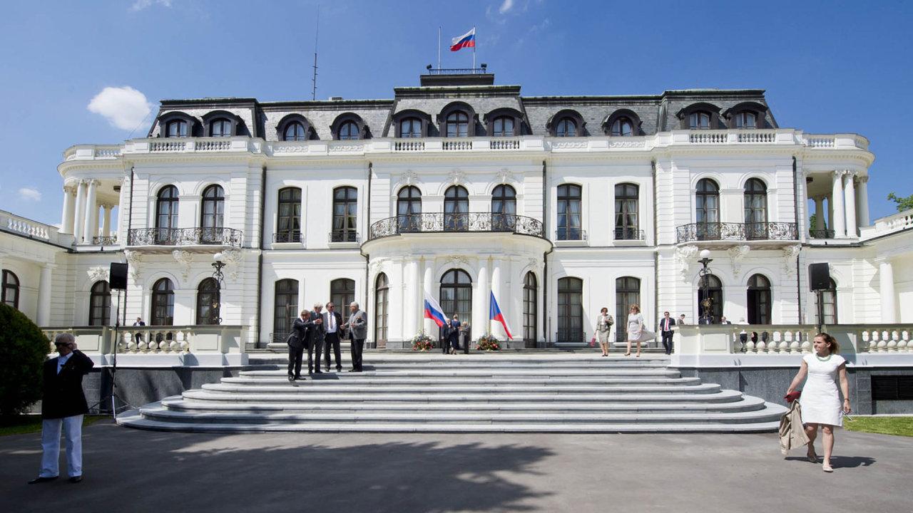 Existuje všeobecně uznávaný postup, že rozhodnutí ve vízových otázkách se nekomentují, uvedl mluvčí ruské ambasády Alexej Kolmakov. (na snímku ruská ambasáda v ČR)