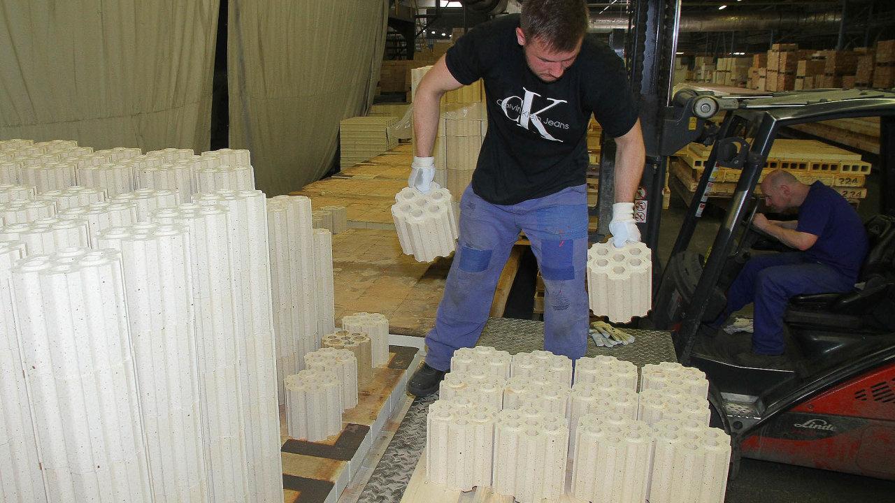 Výroba žáruvzdorných tvarovek v závodě firmy P-D Refractories CZ ve Velkých Opatovicích