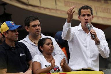 Snahy Juana Guaidóa o svržení Madura zatím ztroskotávají na postoji armády. Její věrnost si režim kupuje penězi z ropy i zlata.