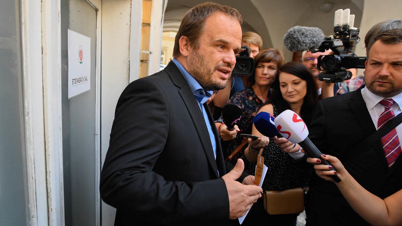 Čekání. Místopředseda ČSSD Michal Šmarda (před pondělní schůzkou předsednictva) má podporu vestraně, ministrem však dosud není.