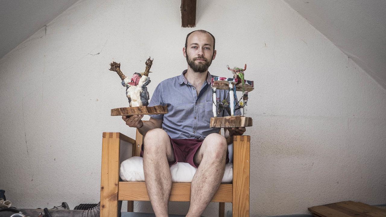 Na střední škole začal Jiří Šebesta vyrábět sochy se zvířecími artefakty– třeba krtčí pařátky místo rukou.