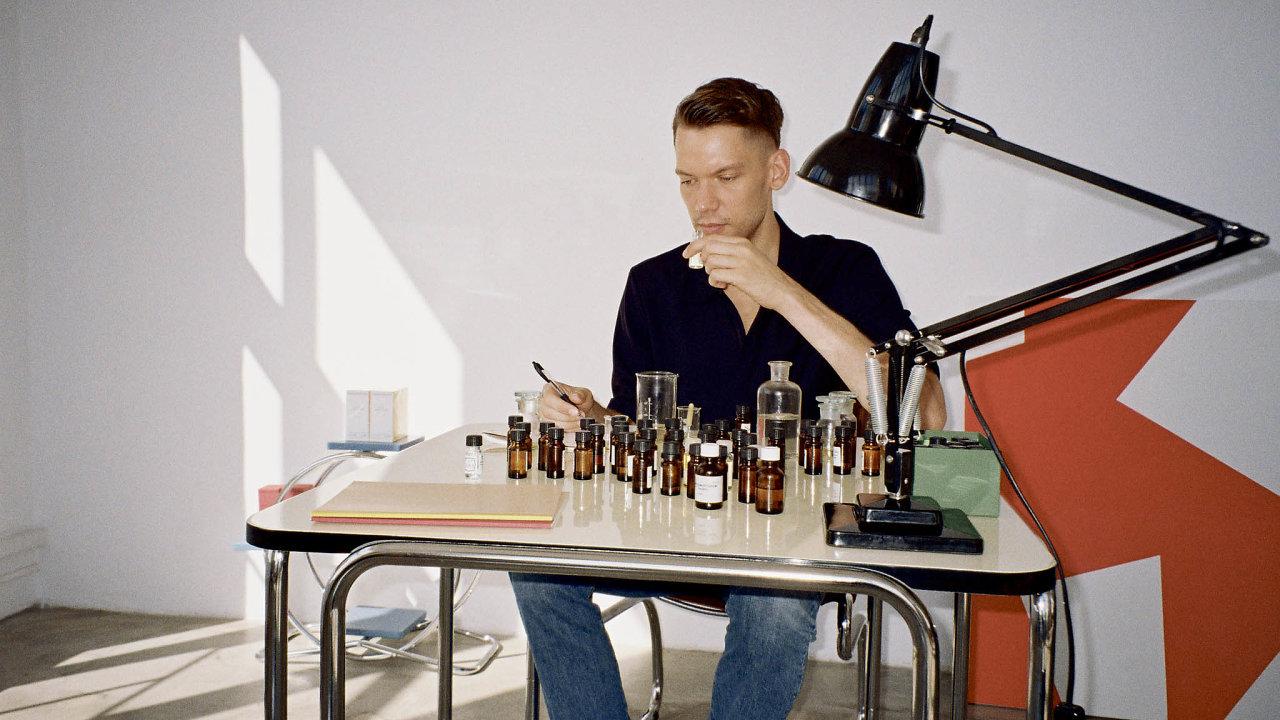 Nosem neboli mistrem parfumérem Pigmentaria je Jakub Florian Hiermann, kterého do světa vůní zasvětila babička.