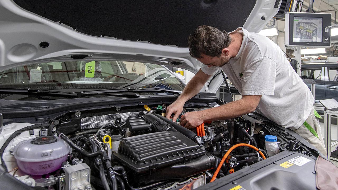 Největší českou automobilkou je Škoda Auto. Ta tento týden začala v Kvasinách vyrábět svůj vůbec první vůz s plug-in hybridním pohonem. Jde o model Superb iV.