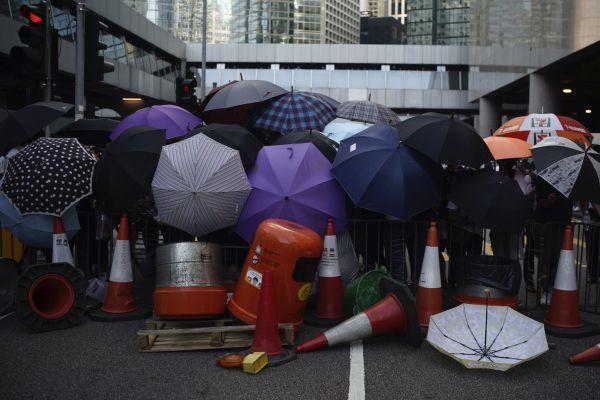 Proti zahalování obličeje v Hongkongu protestují tisíce lidí.