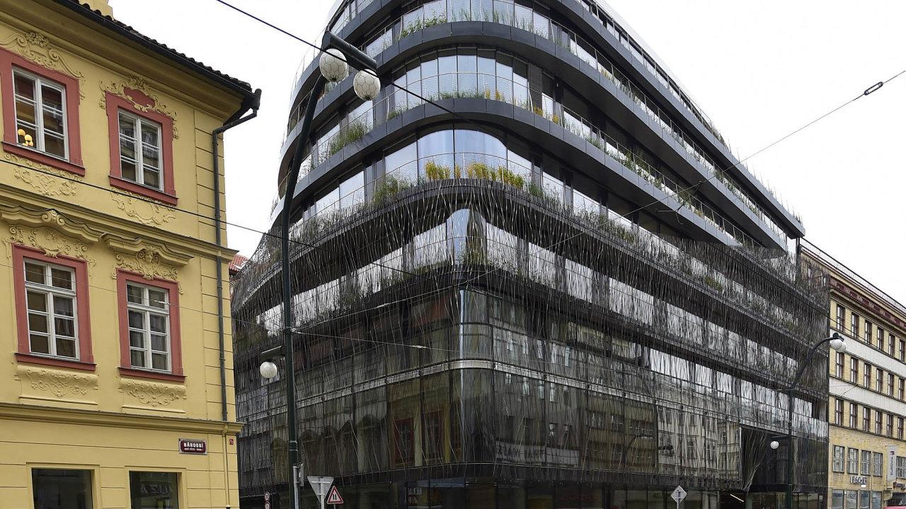 Administrativní centrum Drn naNárodní třídě postavil miliardář Petr Němec sarchitektem Stanislavem Fialou. WeWork si vněm pronajímá bezmála šest tisíc metrů čtverečních.