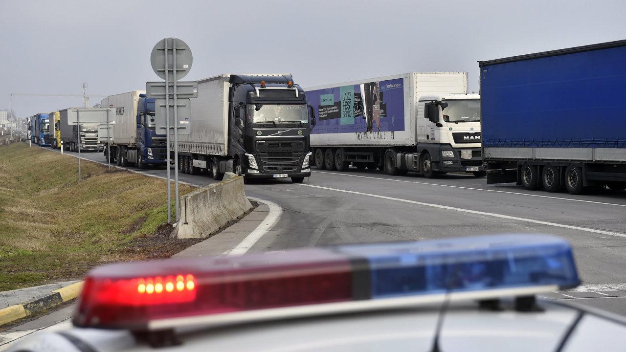 Kamiony stojí na slovensko-českém dálničním hraničním přechodu Brodské-Břeclav, kde provoz částečně blokují nespokojení slovenští autodopravci.