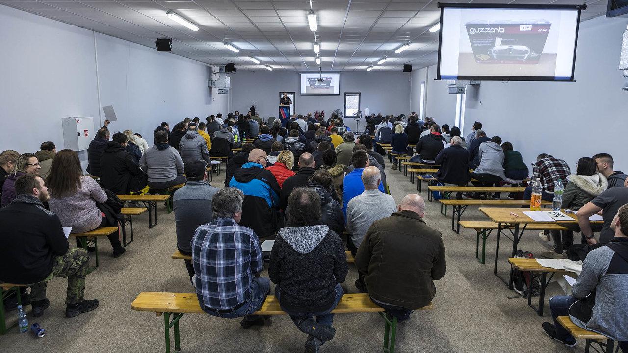 Vroce 2018 bylo v Česku podle údajů Exekutorské komory 821 tisíclidí vexekucích. Na snímku dražba věcí zabavených při exekučním řízení.