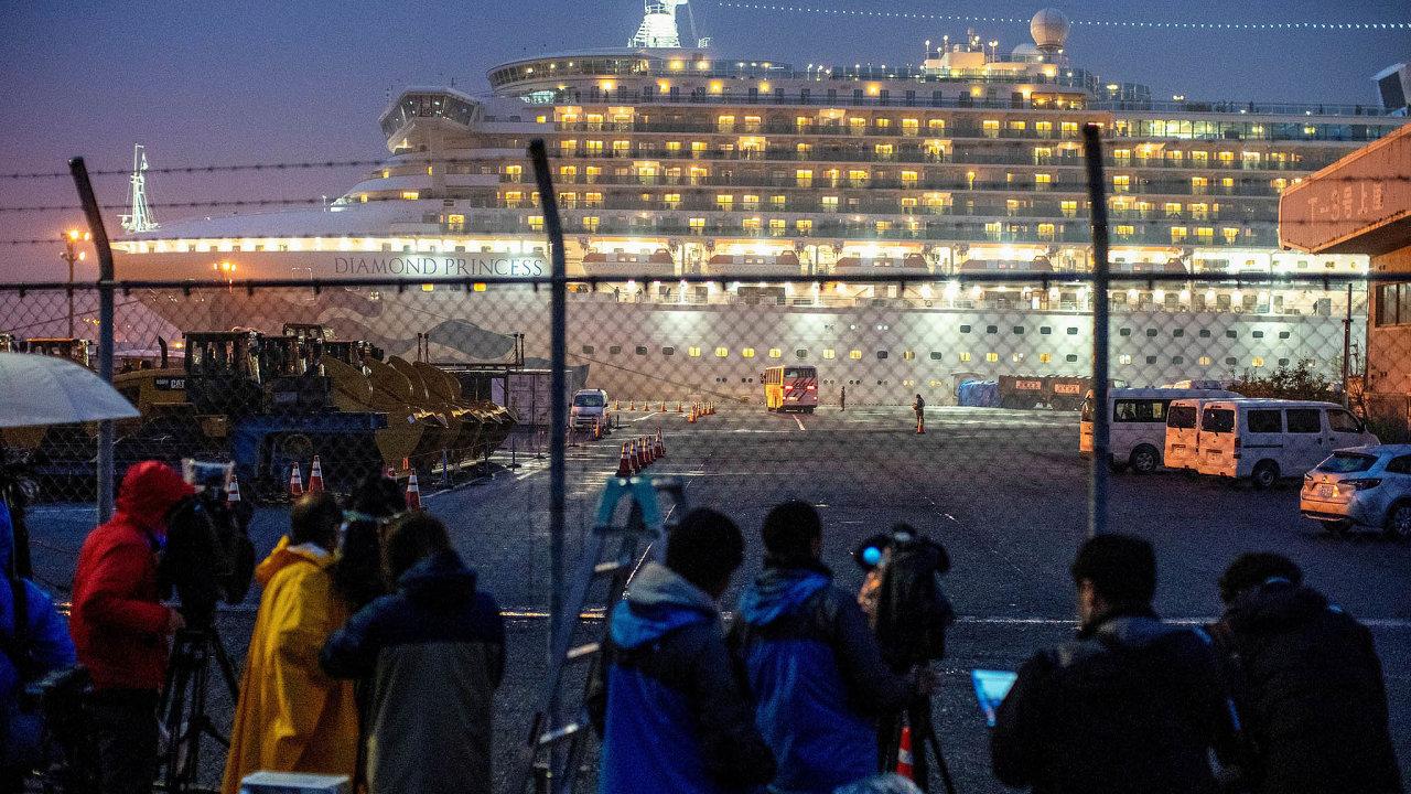 Na snímku výletní loď Diamond Princess, která odpočátku února kotví vkaranténě vpřístavu japonského města Jokohama s355 nakaženými koronavirem napalubě.