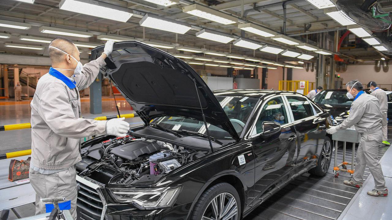 Dopráce srouškou. Veznovuotevřené továrně FAW-Volkswagen včínském Čcheng-tu, kde se vyrábějí například vozy Audi, musí zaměstnanci dodržovat mimořádná hygienická opatření.