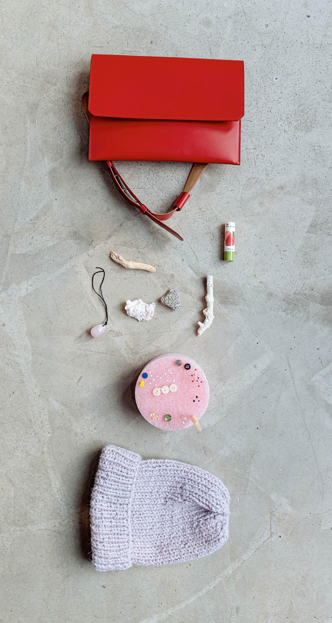 Kamínky, mušle, jehelníček, červená ledvinka, náhrdelník srůženínem, kulichy, lesk narty