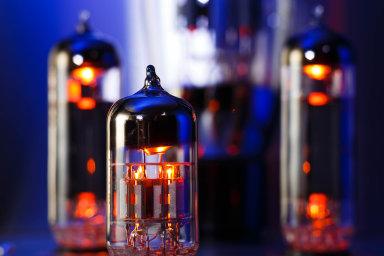 Skleněné elektronky byly u počátků rozvoje elektrotechniky. Před 70 lety je postupně začaly vytlačovat tranzistory, později integrované obvody.