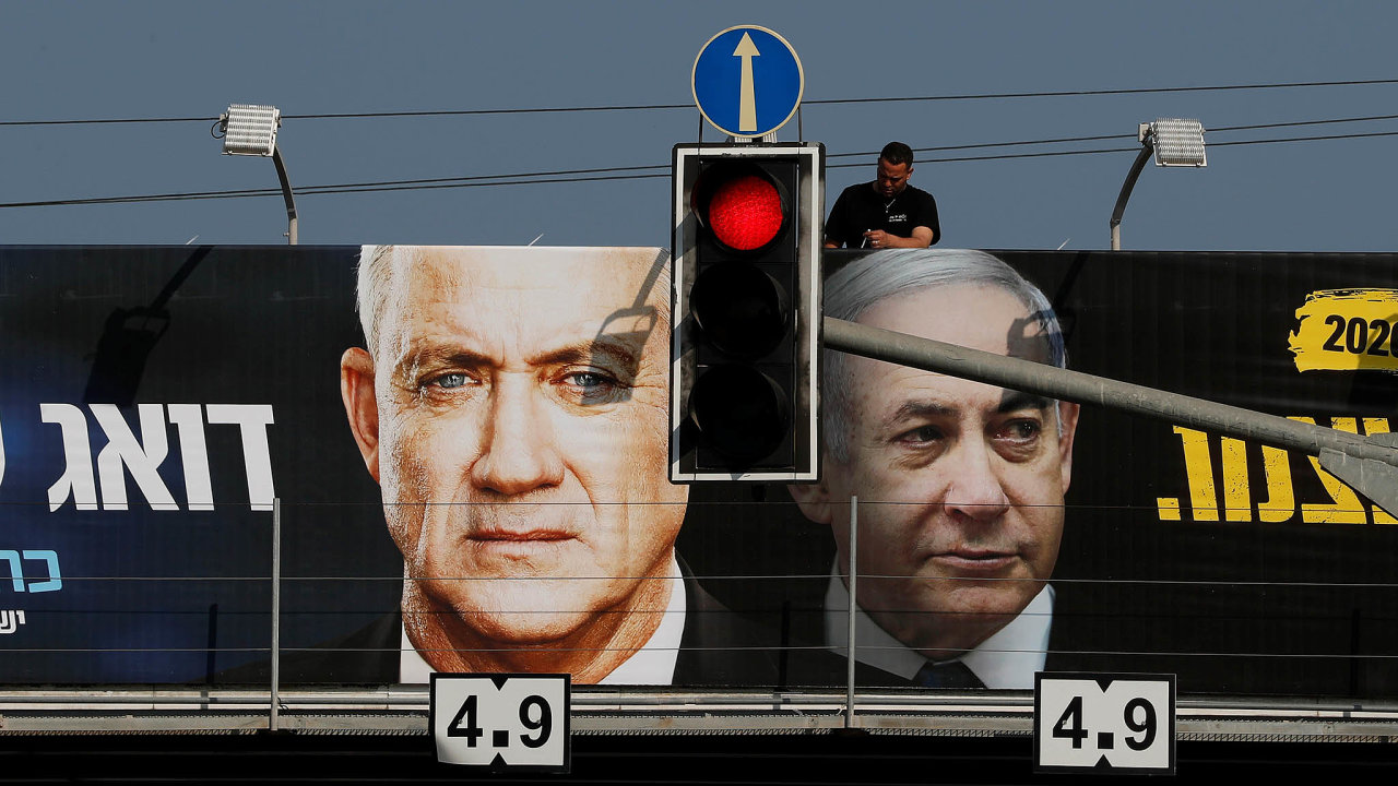 Raději spolu: Benjamin Netanjahu (vpravo) ajeho rival Benny Ganc (vlevo) podepsali dohodu ovytvoření krizové vlády, která ukončí politický pat.