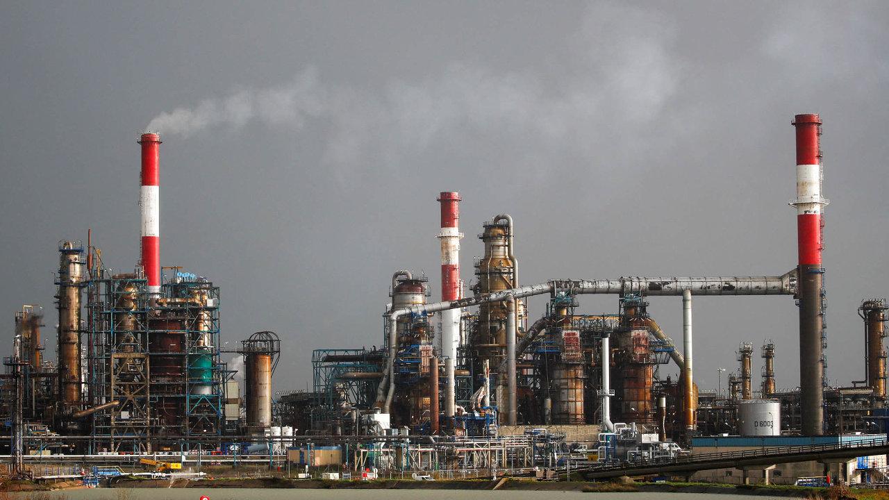 Rafinerie Totalu vDongesu. Francouzská firma narozdíl odShellu nesnížila svým akcionářům dividendu.