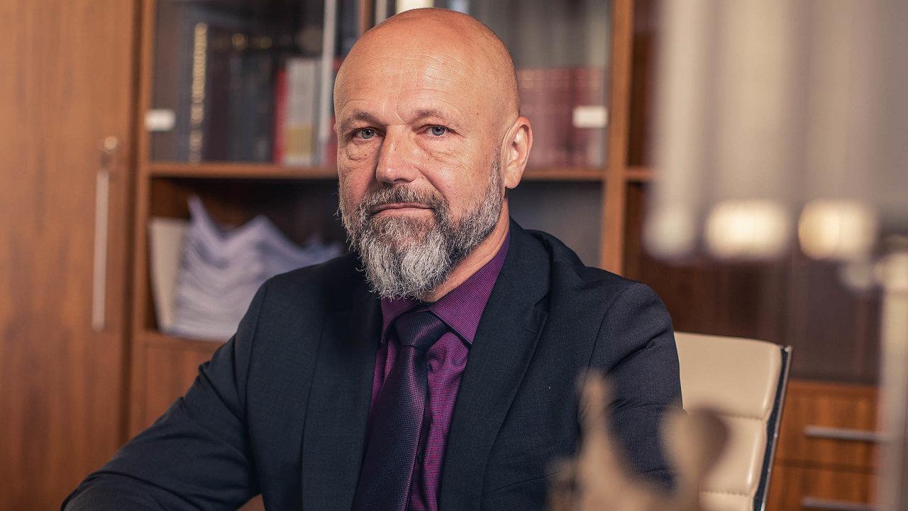Nový předseda Nejvyššího soudu Petr Angyalossy řešil v minulosti iněkolik známých případů, například vroce 1996 osvobodil majitele nakladatelství Votobia, obžalované zavydání konopné kuchařky.