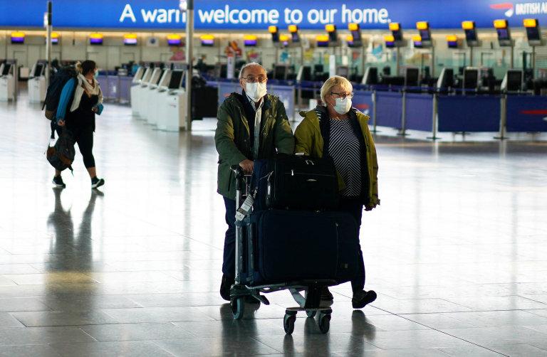 Podobně je na tom ilondýnské Heathrow. Cestující se sice vrací, musí ale většinou dodržovat přísná hygienická opatření anosit roušky.