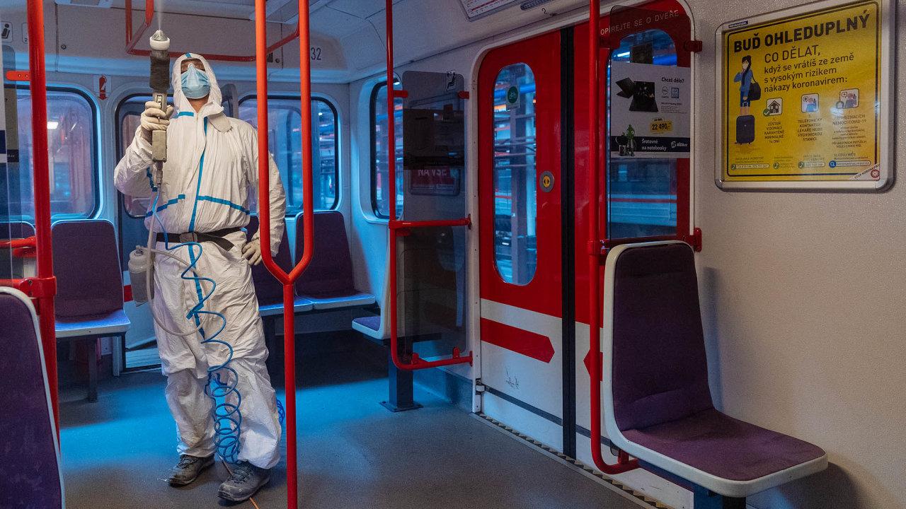 Pražský dopravní podnik začal při jarní vlně koronavirové nákazy čistit soupravy metra látkou, která likviduje viry, bakterie iplísně. Ošetřit vnitřek jedné soupravy metra zabere nejméně hodinu.