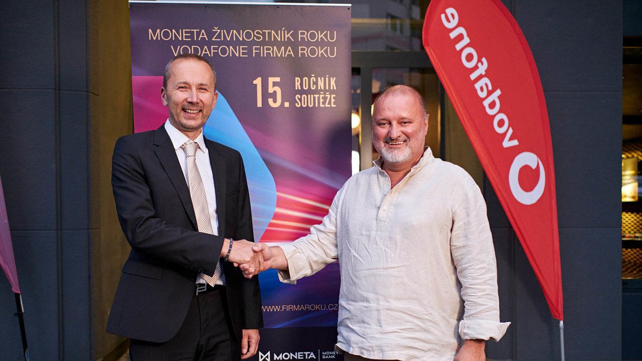 (Zleva) jednatel společnosti TITAN – Multiplast Lukáš Horn avítězný živnostník JiříHaidl