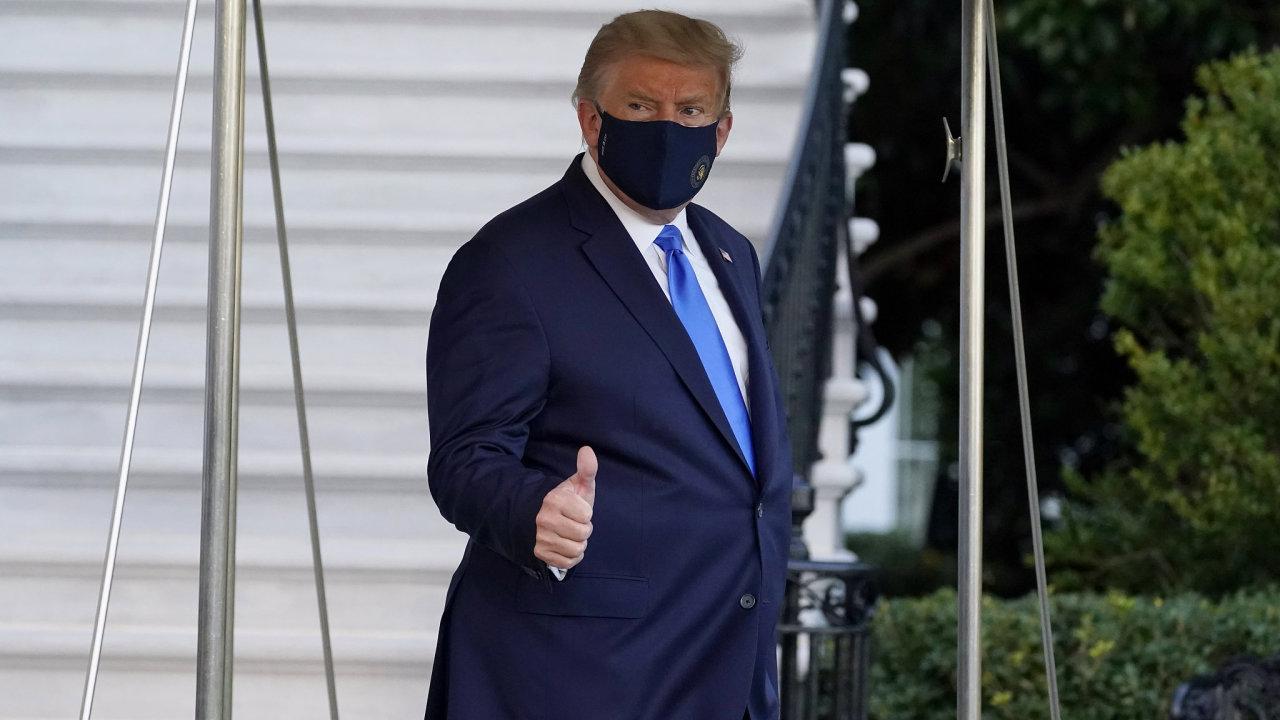 Lékaři Trumpovi v pátek doporučili strávit