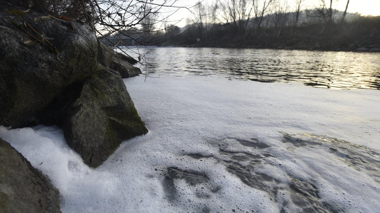 Do řeky Bečvy ve Valašském Meziříčí-Juřince unikla ve středu neznámá látka, stejně jako předtím 24. listopadu a 27. října se na hladině vytvořila pěna.