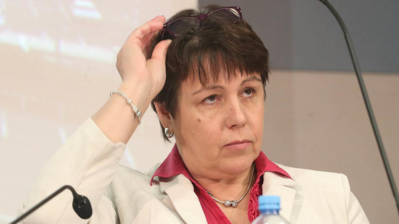 Nově včele. Barboru Mackovou jmenoval dočela zdravotního ústavu ministr zdravotnictví pokauze kolem očkování úředníků, kvůli které rezignoval někdejší ředitel.