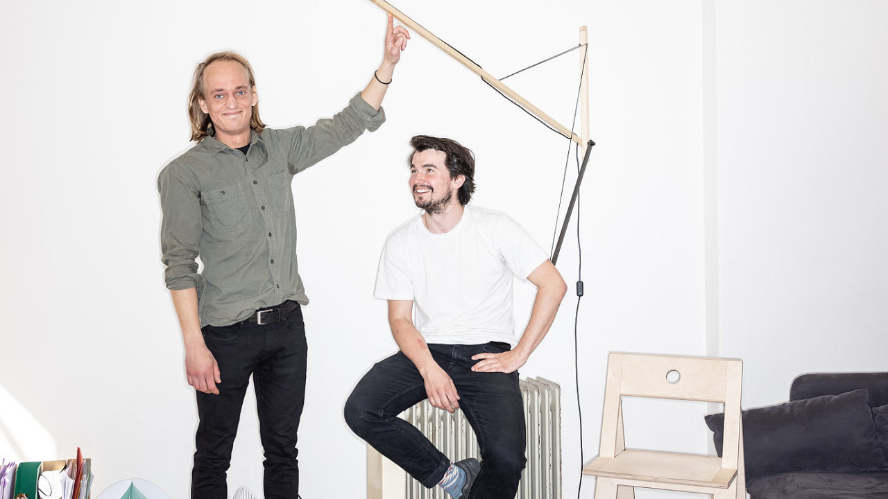 Eduard Herrmann a Matěj Coufal spolu vytvářejí netradiční nábytek, který si mohou zájemci vyrobit sami se základním nářadím