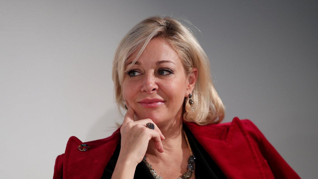 """Nadja Swarovski svým vystupováním a stylem oblékání, včetně šperků, platí za """"firemní ikonu"""". Nyní řídí marketing společnosti, v minulosti odpovídala také za globální strategii značky."""
