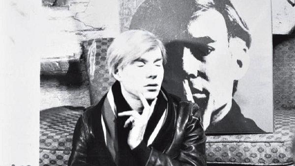 Andy Warhol před svým slavným autoportrétem