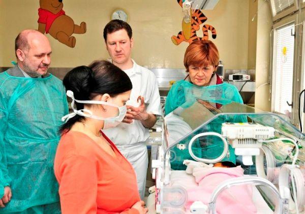 Vladimír Mikel (jednatel společnosti ROSSMANN), doc. MUDr. Jan Janota (primář novorozeneckého oddělení Fakultní Thomayerovi nemocnice) a Zuzana Baudyšová
