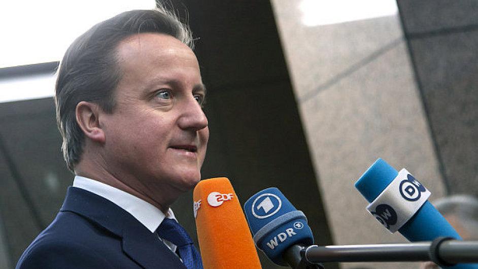 Britský premiér David Cameron dává rozhovory novinářům v Bruselu.