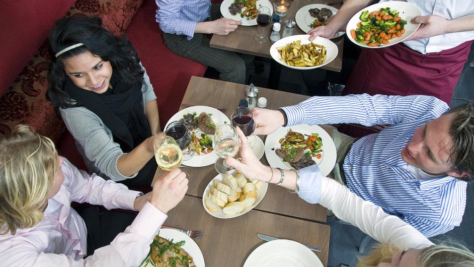 Hosté v restauraci, ilustrační foto