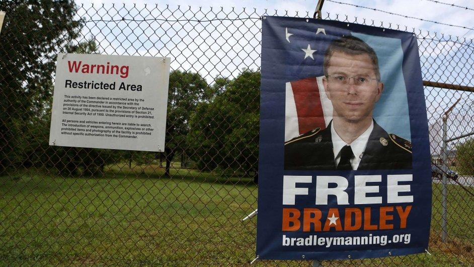 Plakát požaduje osvobození Bradleyho Manninga